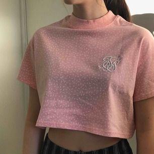 Supersöt croppad t-shirt från Siksilk! Använd max en gång. Köpt i USA (därav strl 6) men sitter bra på mig som brukar ha S. Pris kan diskuteras! Köparen står för frakt eller så kan jag mötas upp i Gävle.