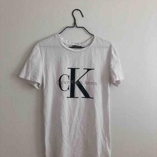 Äkta T-shirt från Calvin Klein  Kan skickas men då står köparen för frakt🌼  Kan gå ner i pris ytterligare vid snabb affär.