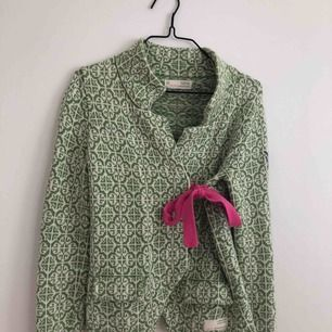 Jätte fin Odd Molly kofta i fin grön färg i fint skick. Storlek 0 (xs) kan skickas men då står köparen för frakten. 🌿🌺