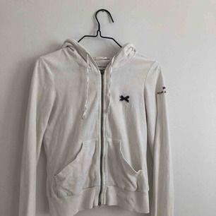 Odd Molly tröja i storlek 0 (xs)  Har en liten fläck på ryggen som syns på bild 3.  Kan skickad men då står köparen för frakten. 🌼