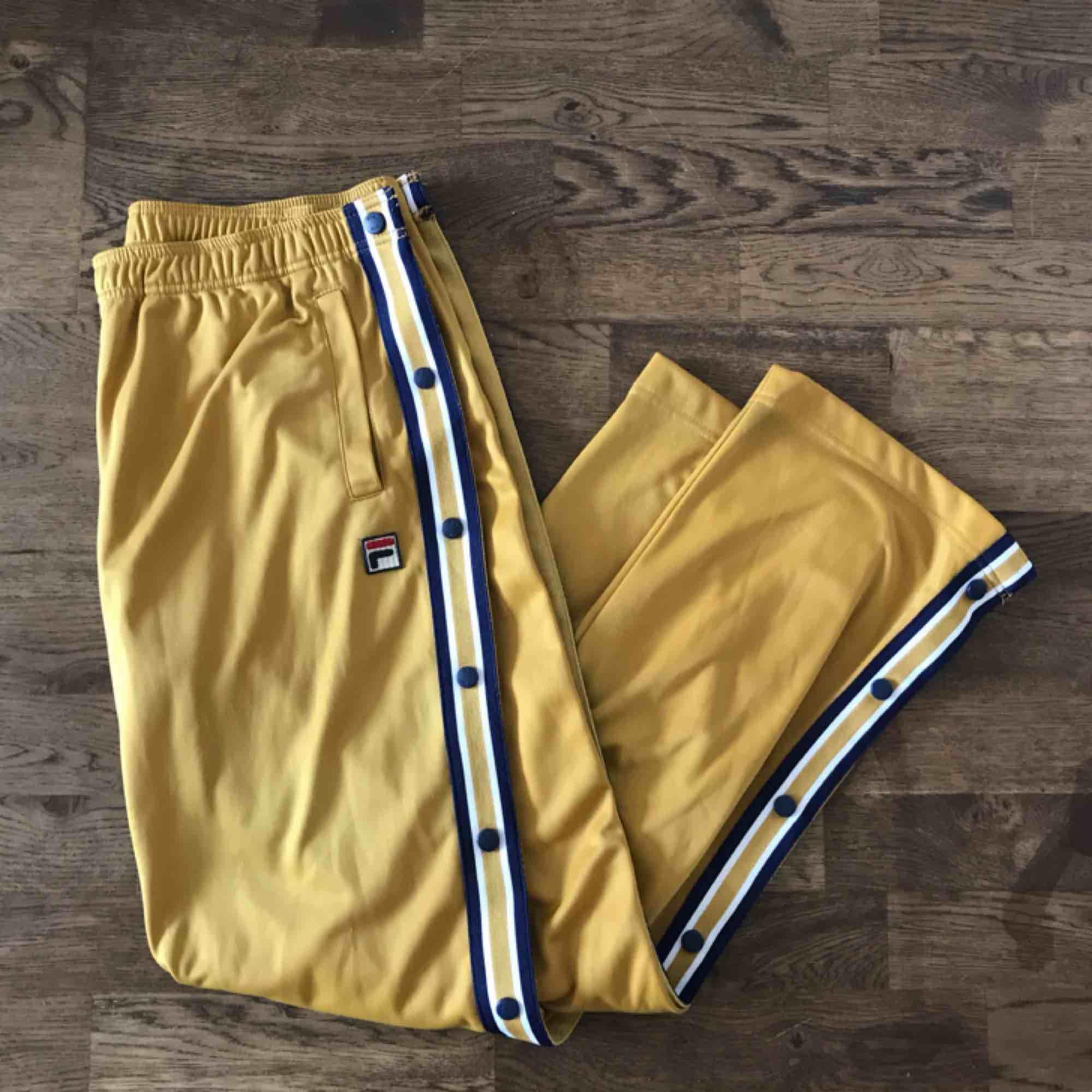 Så snygga och sköna byxor från Fila!! I fint skick, använda ett fåtal gånger. Mottagaren står för frakt men kan mätas upp i Stockholm också! . Jeans & Byxor.