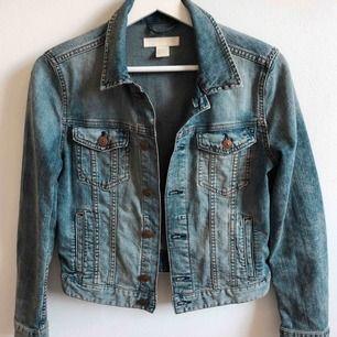 Jätte fin jeansjacka i bra kvalité & skick🧡Storlek 36 men passar även 34🧡köpt från h&m, perfekt vårjacka