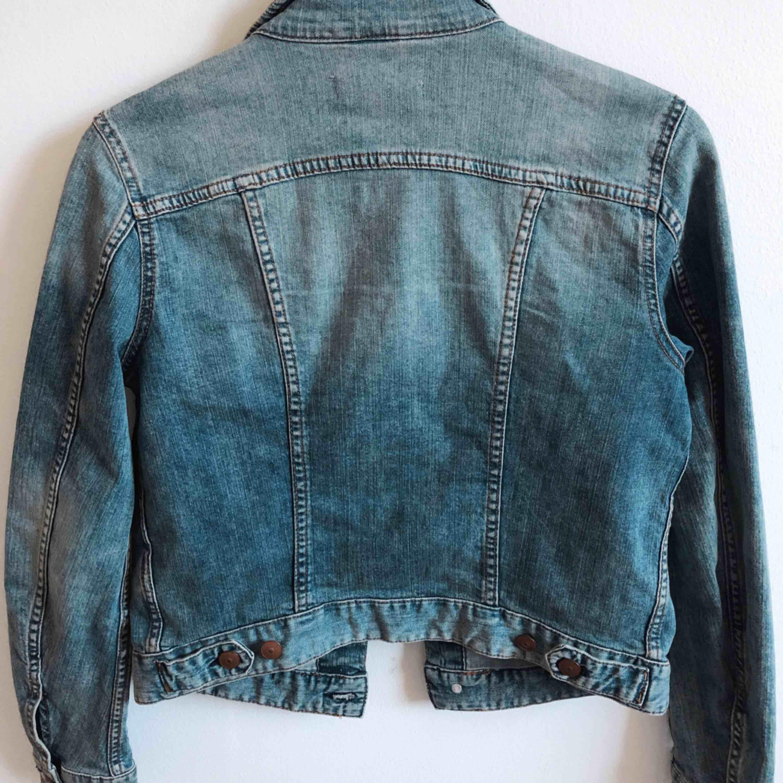 Jätte fin jeansjacka i bra kvalité & skick🧡Storlek 36 men passar även 34🧡köpt från h&m, perfekt vårjacka. Jackor.