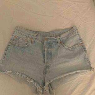 Väldigt snygga Levis shorts men bra längd, passar mig sol är en small! Skicka till mig ifall ni vill se shortsen på, frakten ingår i priset