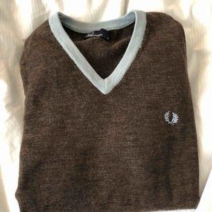 Fin brun tröja med pastell blå mudd