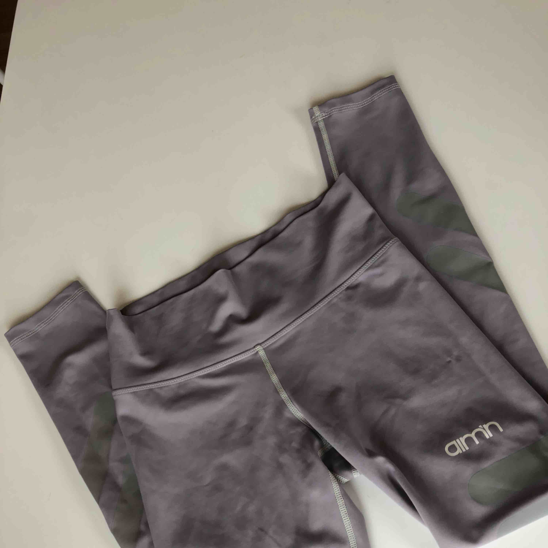 Grå träningstights från AIMN, storlek XS men passar en S också. Fint skick! Knappt använda Hög midja!!. Jeans & Byxor.