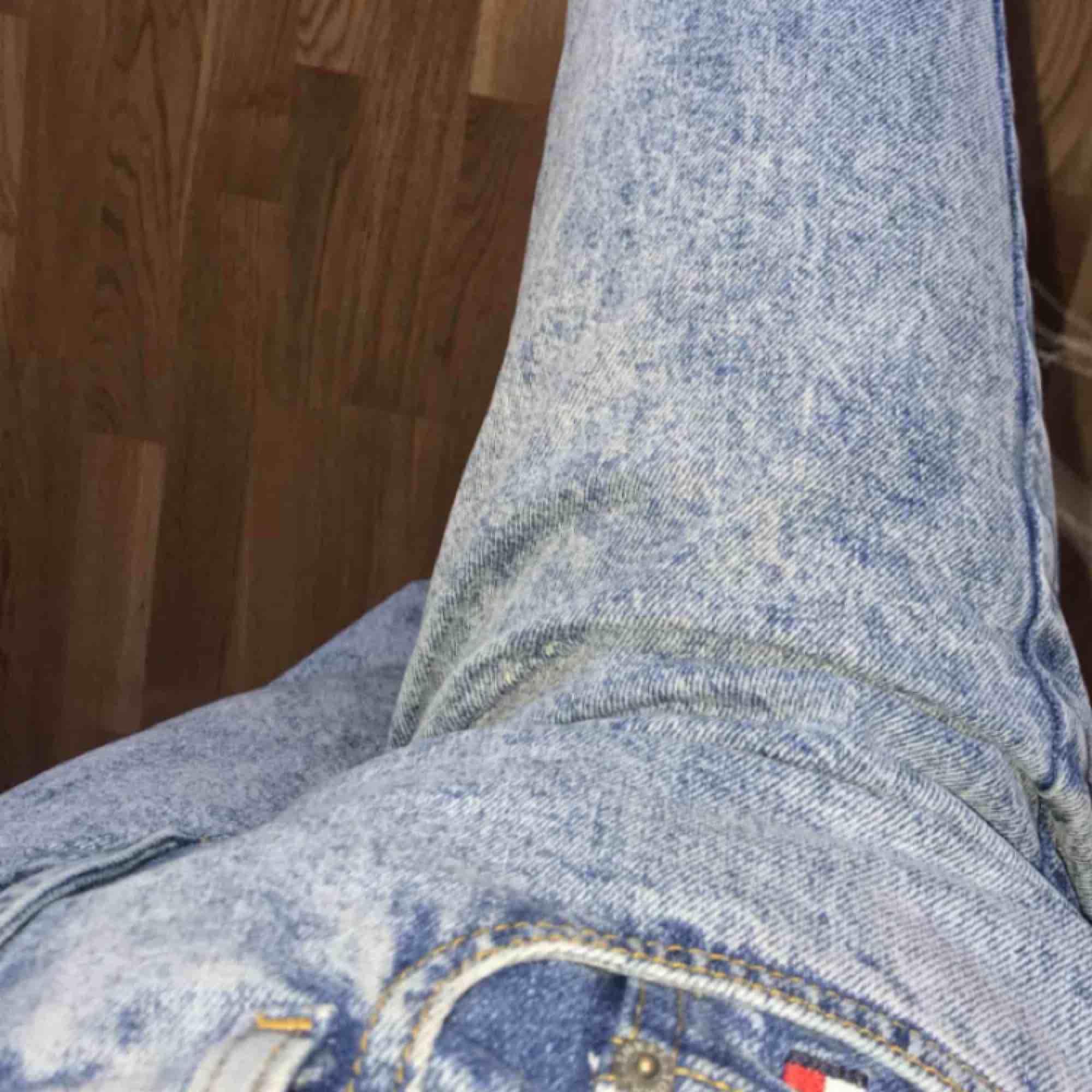 fina äkta tommy jeans köpta på Asos. köparen står för frakten💕. Jeans & Byxor.