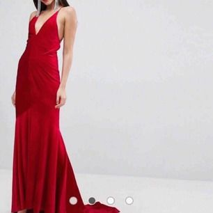-skit-snygg- velvet balklänning med en långt släp!  400kr eller bud! Skickar gärna klänningen  :)