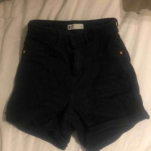 Svarta jeansshorts ifrån Gina Tricot