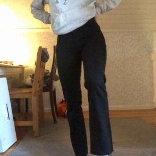 Helt nya och oanvända utsvängda jeans från Lindex. Köpare står för frakt!