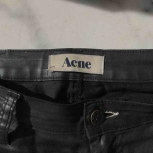 """Snygga Acne-byxor i svart. Tyget är halvblankt och """"vaxat"""", se bilder. I bra skick."""