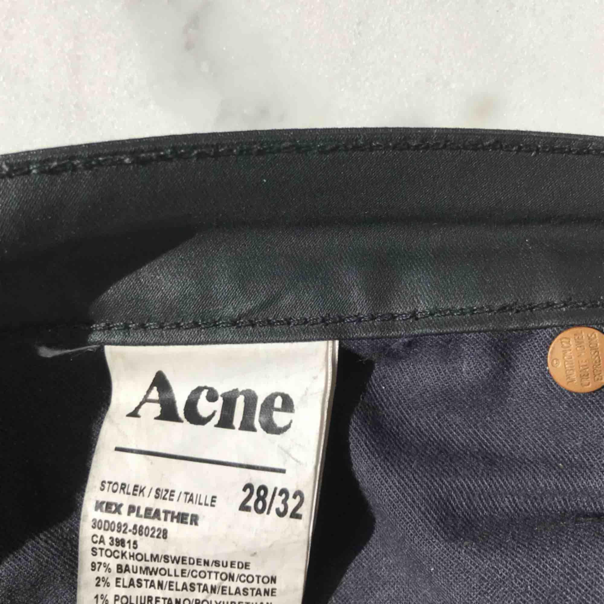 """Snygga Acne-byxor i svart. Tyget är halvblankt och """"vaxat"""", se bilder. I bra skick.   Hör av dig för mer bilder;)  Kan gå ner i pris vid snabb affär. Jeans & Byxor."""