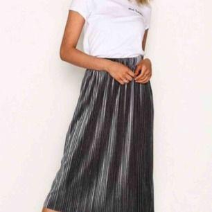 Silvrig/mörkgrå kjol från NLY trend, köptes här på Plick men var för stor så säljer igen. Aldrig använd endast testad! 💕