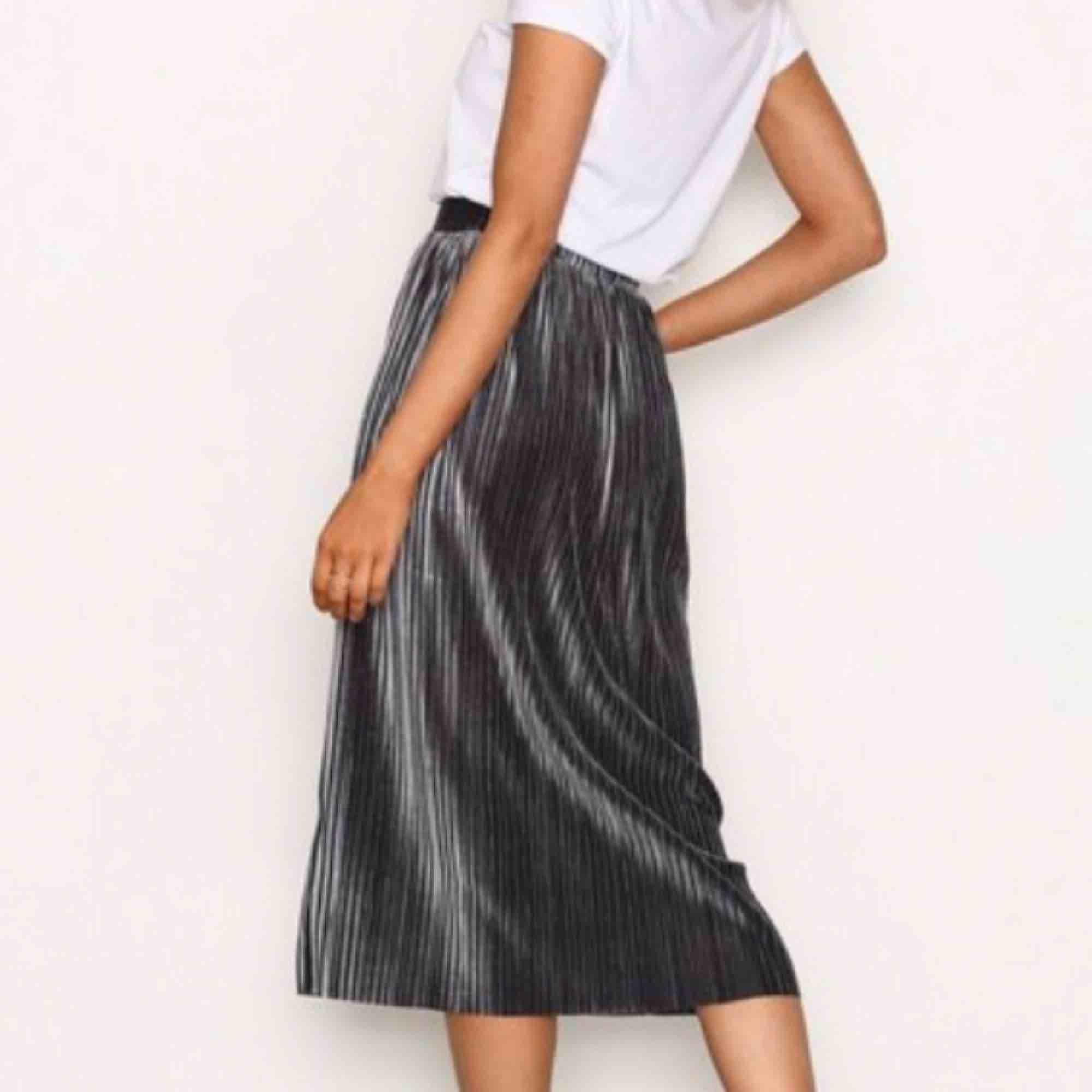 Silvrig/mörkgrå kjol från NLY trend, köptes här på Plick men var för stor så säljer igen. Aldrig använd endast testad! 💕. Kjolar.