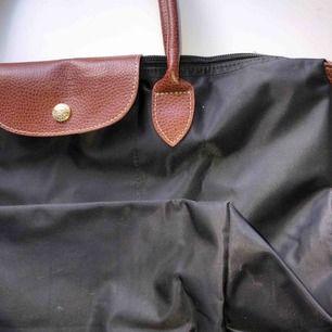 en svart fake longchamp väska köpt för något år sedan i Thailand, köpte den för 500 kr. Kan frakta eller mötas upp i Knivsta!💞