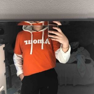 orange tshirt med text