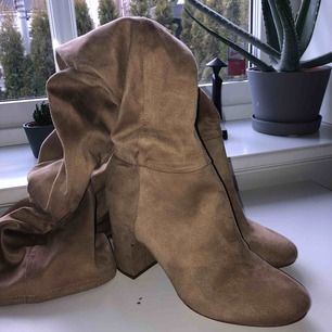 ett par nude mocka over-the-knee boots köpta från H&M förra hösten för 400 kr. Har använts en gång och är helt nya. Frakt tillkommer💞