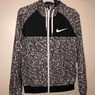 Nike tunn vårjacka med luva i storlek M Använt fåtal gånger. Köpt för 599