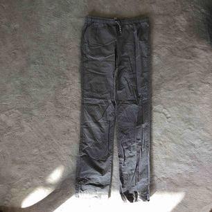 Ett par gråa pyjamasbyxor med vita prickar från Tommy Hilfiger