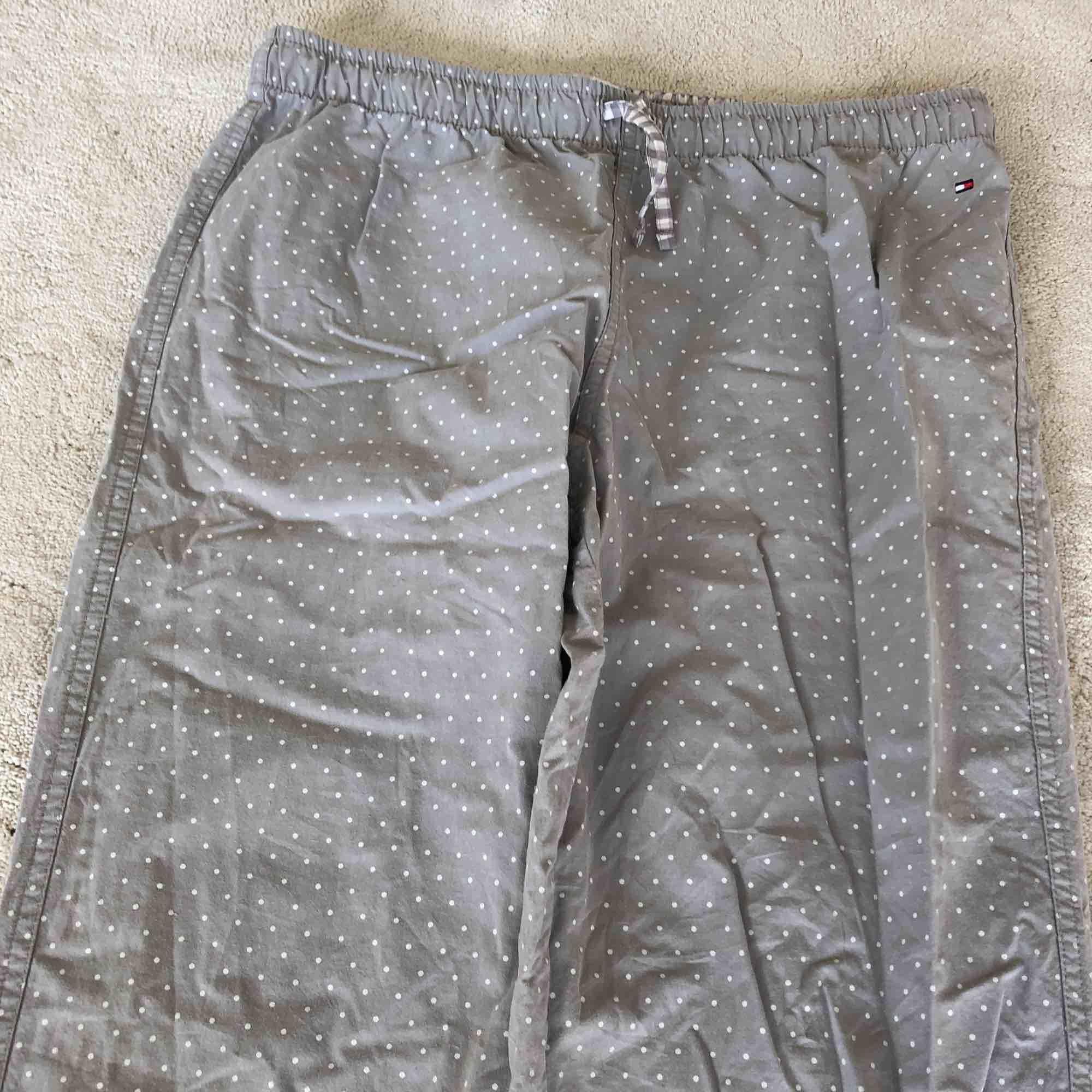Ett par gråa pyjamasbyxor med vita prickar från Tommy Hilfiger. Jeans & Byxor.