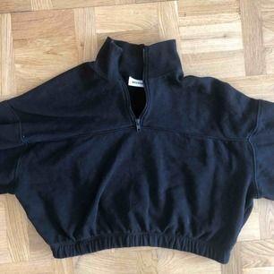 En svart polo tröja från weekday:)