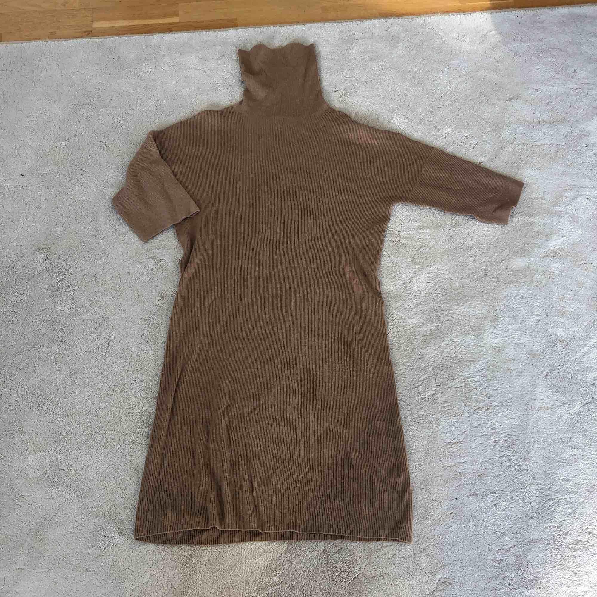 En  oanvänd beige ribbad klänning från Massimo Dutti med polokrage. Klänningar.