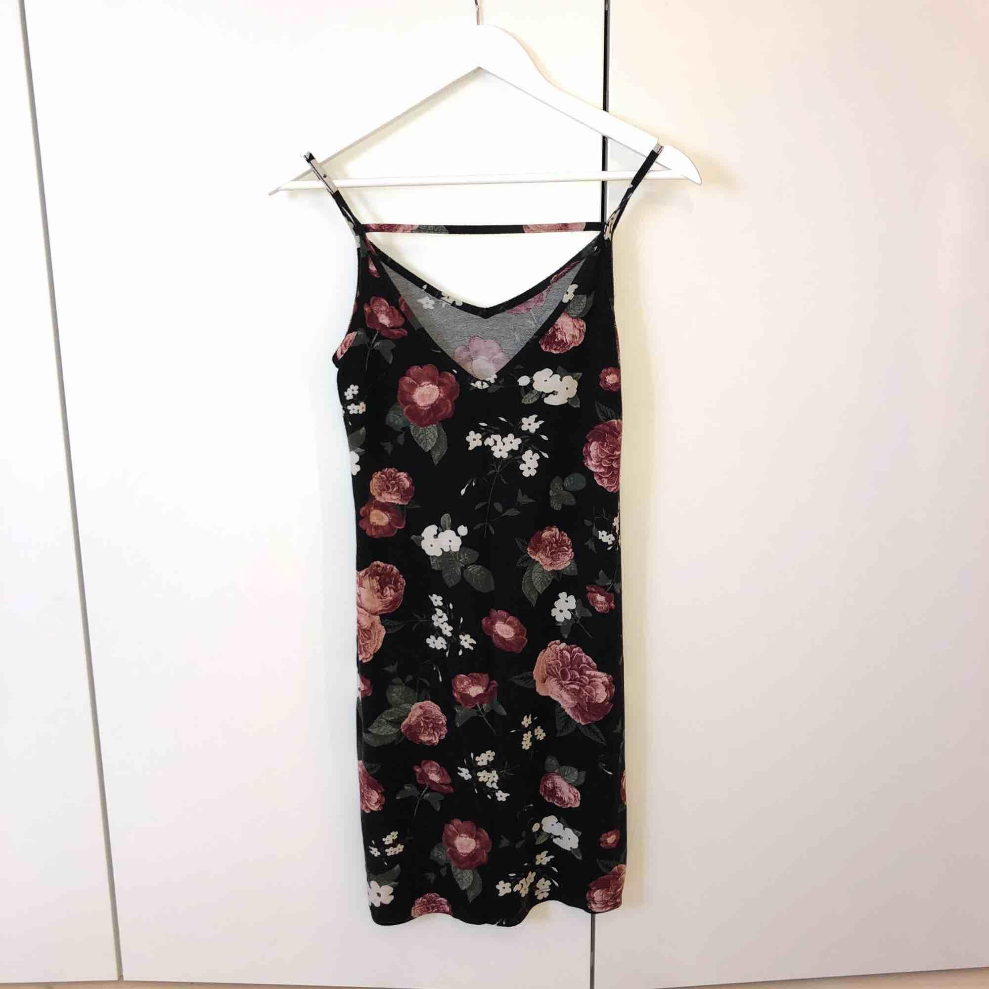 blommig klänning skiclas mot frakt . Klänningar.
