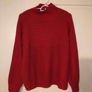 Fin tröja i röd färg storlek S Använt fåtal gånger