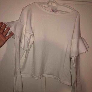 Vit tröja med pärlor i storlek M Använt fåtal gånger, köpt för 399kr