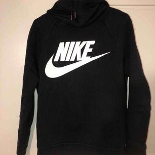 Nike hoodie tröja i fint skick i storlek S men passar även en i storlek M Använt fåtal gånger köpt för 599kr