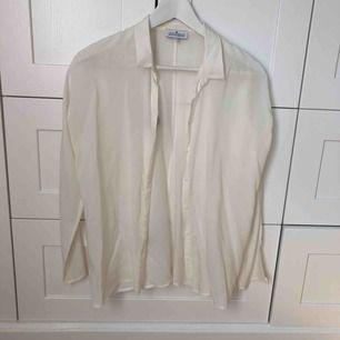 En vit skjorta i mjukt material från Little Remix