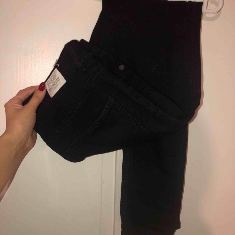 Svarta jeans från cheap monday Storlek S/M Använt 1 gång Fint skick köpt för 499kr. Jeans & Byxor.