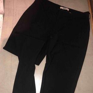 Svarta byxor i storlek 38 passar även 40 med dragkedja ner. Och fickor. Använt fåtal gånger.