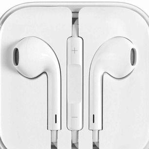 Säljer ett par Apple hörlurar, de med sladd. Använda en gång men känner att jag inte vill ha dem. Kommer i sin original förpackning. Frakt 9kr