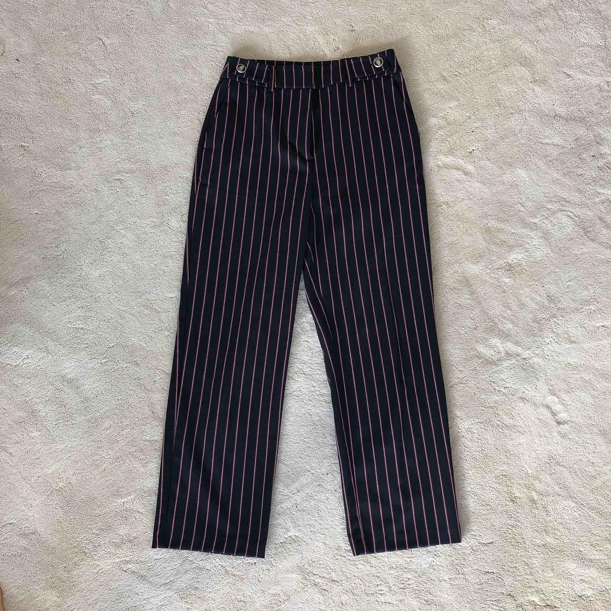 Mörkblåa kostymbyxor med röda och vita ränder från Zara. Jeans & Byxor.