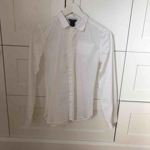 En vit skjorta från Gant, använd endast en gång, fin mesh detalj längst mitten