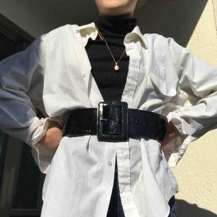 Sjukt snygg oversized vit skjorta som passar till det mesta!! Perfekt till sommaren🌟 Jag som har på mig skjortan har Strl S och ni ser ju hur den sitter på❣️Är flera intresserade blir det budgivning. Frakt tillkommer på 39kr. Annars möts vi på söder💖💖