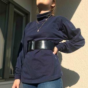 Super fin oversized blå polo tröja!! Jag som har på mig den har Strl S. Är flera intresserade blir det budgivning. Frakt tillkommer på 55kr!! Annars möts vi på söder💖💖