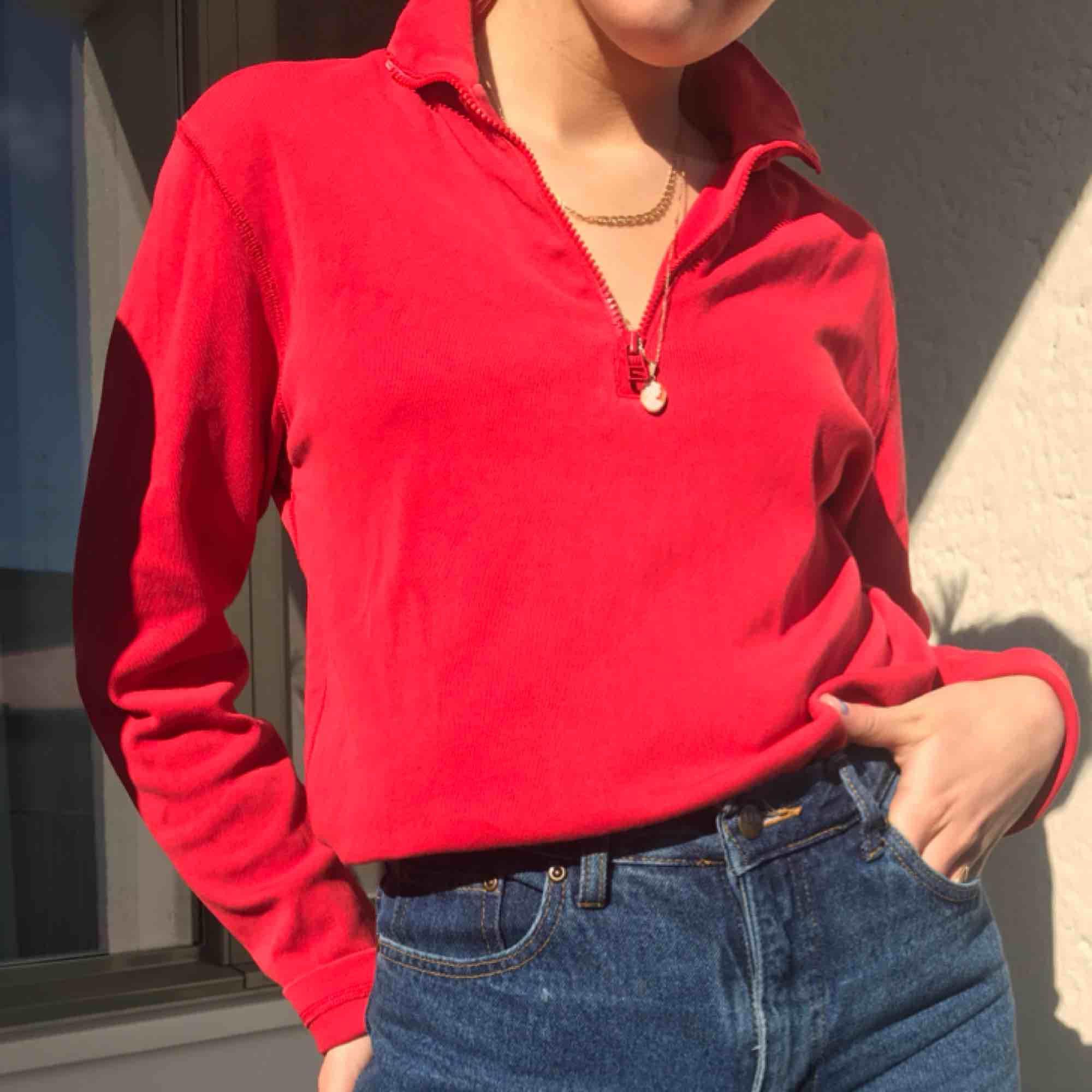 Jättesnygg röd tjocktröja med zip-up funktion💓💓 har S och såhär sitter den på mig! Frakt tillkommer på 55 kr. Annars möts vi på söder!💓. Tröjor & Koftor.