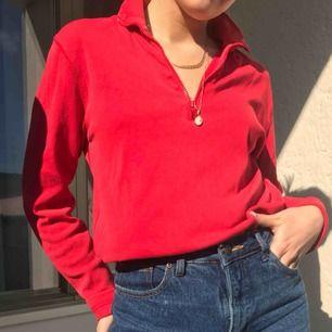 Jättesnygg röd tjocktröja med zip-up funktion💓💓 har S och såhär sitter den på mig! Frakt tillkommer på 55 kr. Annars möts vi på söder!💓