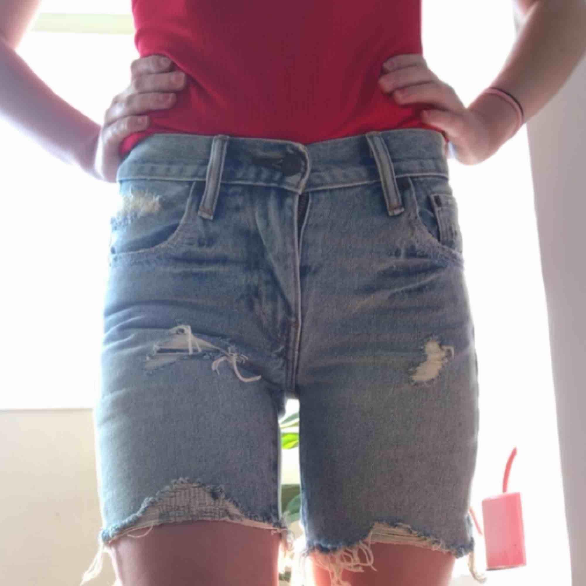 """Lite längre Levi's 505 shorts i storlek 24. Knappt använda säljes pga för små, kontakta för fler bilder. Perfekta att klippa om man är ute efter """"vanliga"""" 505 shorts. Möts upp i Norrköping ev. Linköping annars står köparen för frakt. Shorts."""
