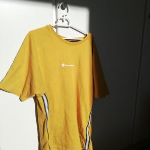 Asball, gul champion tisha!! Unik retro modell med sportystripes på sidan wowowow! Köpt på humana men har inte kommit till användning det senaste halvåret så säljer vidare billigt :))