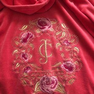 """(Pris kan diskuteras) En äkta juicy couture hoodie med ros och guld blad tryck, storlek s men skulle säga xs. Jätte fint skick förutom """"j"""" dragkedje grejen som har lite repor. Ny pris ungefär 1300! Säljer pga för liten💞 frakt ingår ej"""