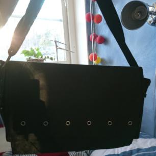 (Kan användas som vanlig väska också) En väska med flera fack för garn, och ett stort fack, som gör så att trådarna inte trasslar ihop sig. Säljer då jag inte längre sticker eller använder garn. Möts upp i Stockholm annars står köparen för frakten! 😃