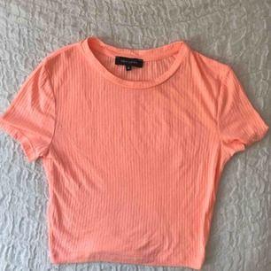 typ pastell/neonorange/rosa jättesöt topp från England, aldrig använd!!! storlek 6 vilket motsvarar typ xs!!:)