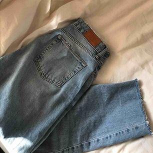 Sjukt snygga jeans från Urban Outfitters. Knappt använda & är tyvärr för stora för mig nu. Strl 27/32