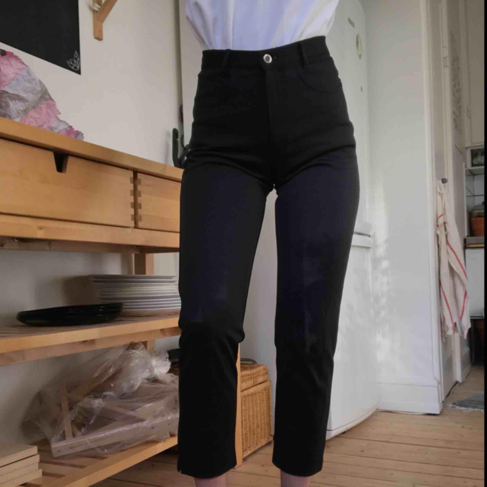 Super snygga och sköna svart byxor med en väldigt hög midja och snygga fickor. Frakt ingår🌱. Jeans & Byxor.