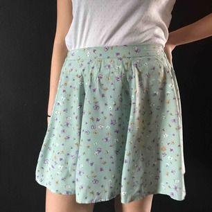 supergullig och somrig kjol som funkar till det mesta, säljer pga för liten