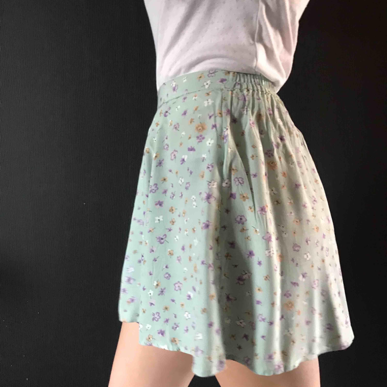 supergullig och somrig kjol som funkar till det mesta, säljer pga för liten. Kjolar.