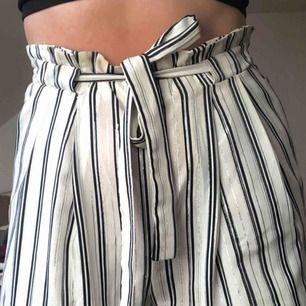 snygga randiga culotte byxor i suuuperhärligt material från zara strl s. De är dock typ silver trådar (???) som försvunnit på vissa ställen, ser inte konstigt ut men på nära om man tänker på det märker man dom!! Annars superduperfina!!